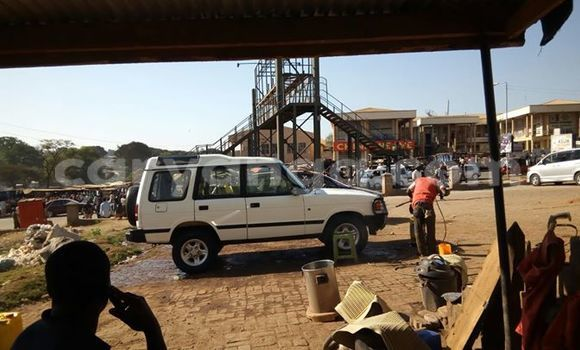 Buy Land Rover Discovery White Car in Limbe in Malawi